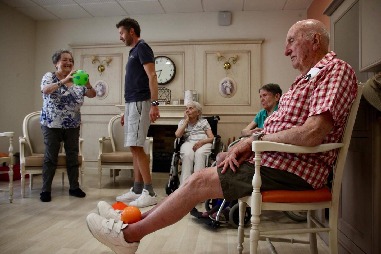 Un coach sportif passe toutes les semaines à la résidence pour proposer des séances de gymnastique adaptée.