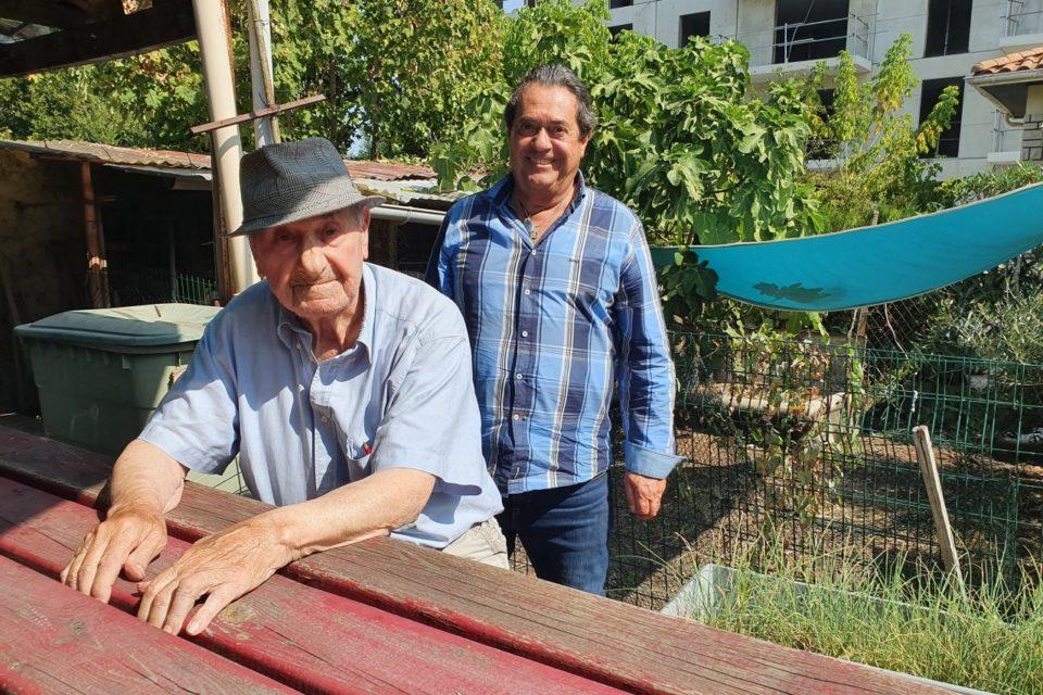 Marcel Cassonnet, avec son fils Richard derrière lui, ne veut pas quitter sa maison du quartier Saint-Augustin à Bordeaux.