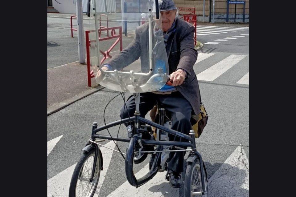 Raymond Cassonnet a l'habitude d'aller à son bar PMU en tricycle pour jouer au tiercé.